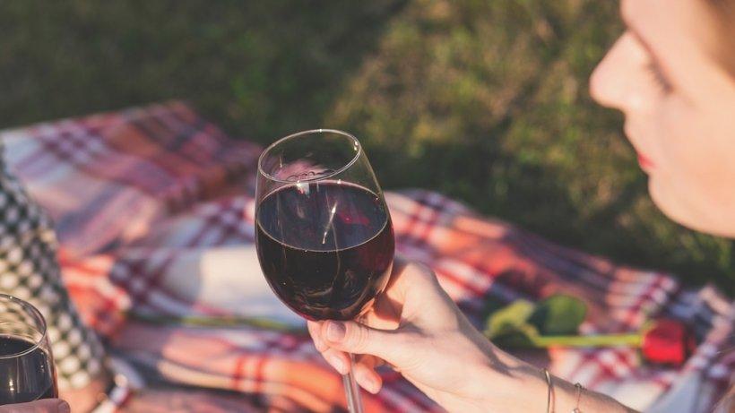 """Maria băuse un pahar de vin, când s-a decis să-i spună mamei sale adevărul. """"Mi-a zis că da, e adevărat, după care m-am dus la somn. M-am trezit cu țipetele fetiței mai mici"""". Anișoara a găsit-o în curte, atârnată"""