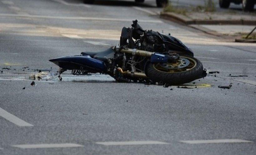 Motociclist grav rănit într-un accident în Argeș. A intrat în plin într-un stâlp