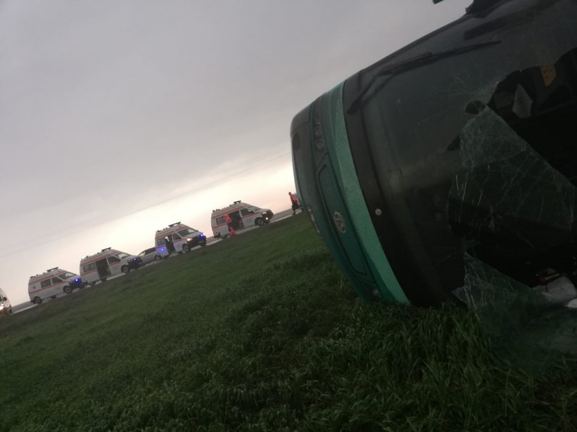 Autocar răsturnat pe câmp din cauza tornadei, în Călărași. A fost activat planul roșu de intervenție. Sunt șapte victime  16