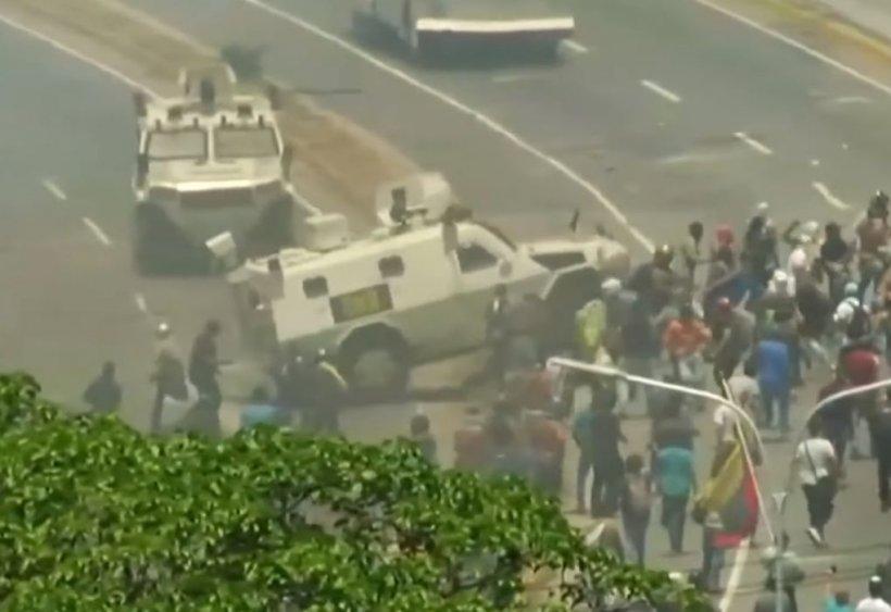 Confruntări violente în Venezuela! Armata lui Maduro calcă oamenii cu vehicule. Liderul opoziției cheamă poporul la revoluție - VIDEO