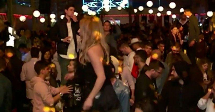 Mii de oameni au petrecut în cluburile de fițe de pe litoral. Delia a făcut mare show, iar tinerii s-au distrat până dimineața