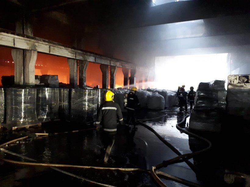 Incendiu de proporții la o hală din Dâmbovița. Autoritățile au avertizat populația prin sistemul RO-ALERT