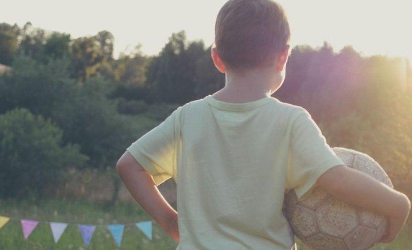 Părinții îl găsiseră pe băiețelul de trei ani plin de sânge pe pantaloni. Au înnebunit când micuțul le-a spus ce i-a făcut fratele lui mai mare. După un an, adolescentul și-a primit pedeapsa