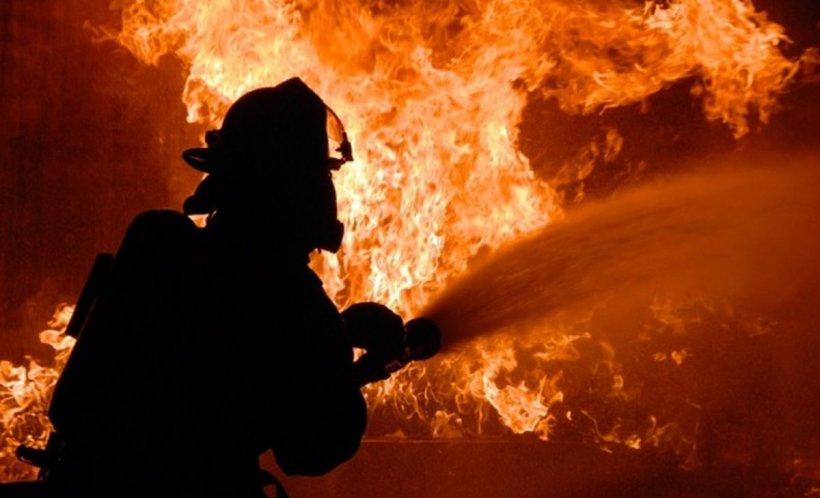 Incendiu violent în Râmnicu Vâlcea, după ce un depozit de materiale de construcţii a luat foc