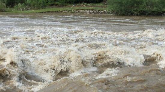 Incident grav în Bistrița-Năsăud. Un copil a căzut în râu. Autoritățile îl caută disperate