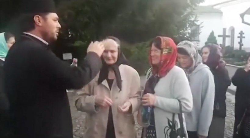 Ritualul unui preot ortodox a făcut înconjurul internetului. Este inedit cum își botează credincioșii - VIDEO