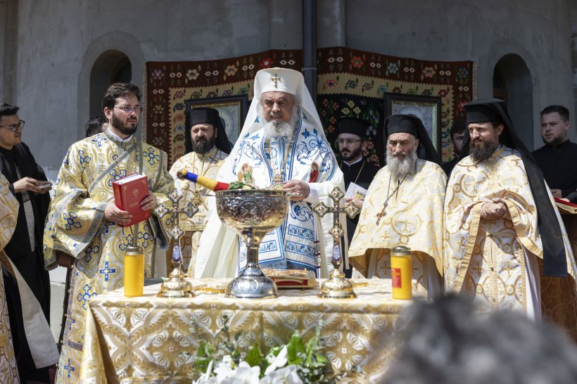 Dana Chera, editorial-eveniment: Cui ii pupă picioarele Patriarhul?