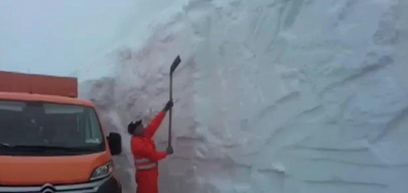 Imagini incredibile în luna mai! Zăpadă de doi metri pe Transalpina
