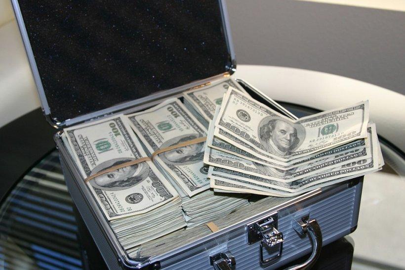 Adela din Carei a împrumutat 13.000 de euro de la prieteni şi i-a trimis urgent la Londra, ca să primească 900.000 de dolari la schimb