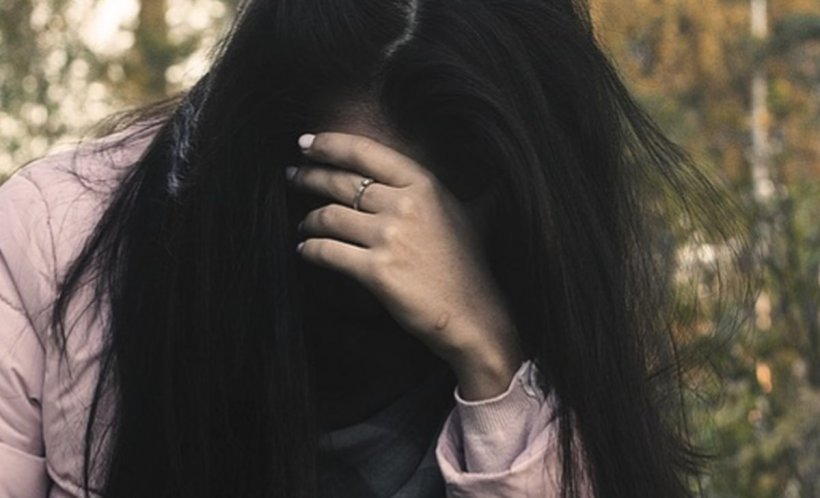 """Avea doar 15 ani când și-a pierdut virginitatea cu iubitul ei. Au făcut dragoste de nenumărate ori, dar tânărul îi ascundea un secret șocant. Fata l-a aflat chiar de la polițiști. """"M-am simțit dezgustată, umilită, mi-a fost rușine"""""""