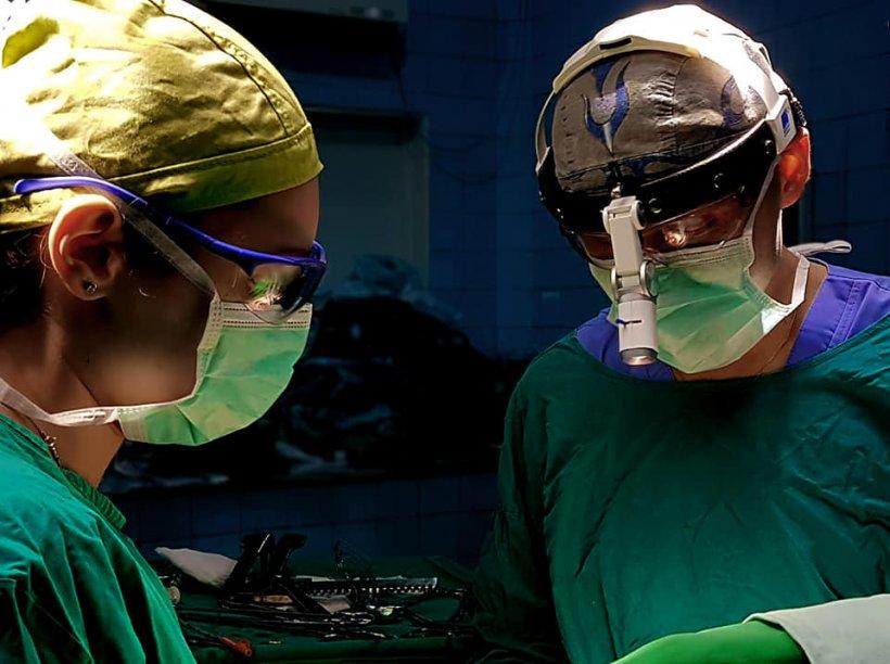 """Medicii de la Spitalul Universitar din București au intrat în operație. Când au văzut cine era pe masă, au rămas surprinși. """"Practic îi ieșise plâmânul afară!"""""""