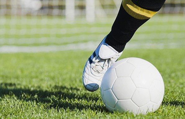 Bătaie de proporții la un meci de fotbal. Jucătorii au fost nevoiți să sară gardul ca să-și salveze pielea - VIDEO