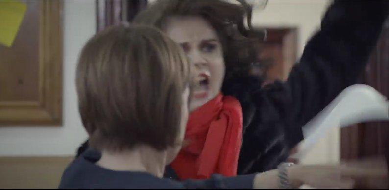 O profesoară este umilită de o elevă și de mama ei. VIDEO viral pe internet