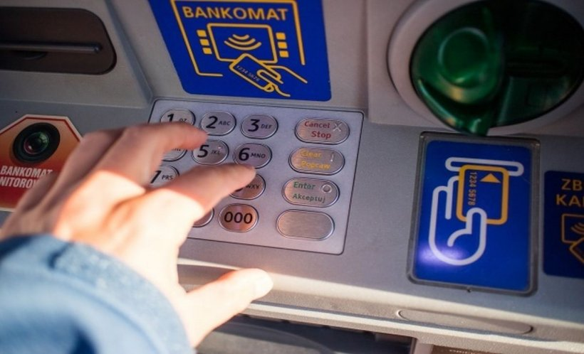 Un bărbat din Sibiu a furat banii uitaţi de o femeie într-un bancomat. Poliția se află pe urmele sale (FOTO)