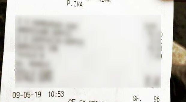 Mâncaseră doi burgeri și băuseră câteva cafele, când le-a venit nota de plată. Când au văzut suma, mai să leșine. Cum să plătești atât de mult pentru așa ceva? FOTO