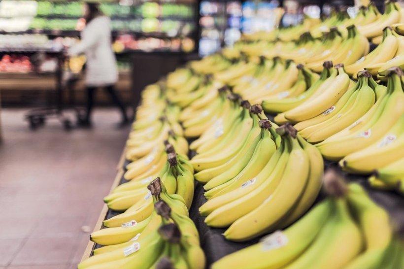 Angajații unui mare lanț de magazine au deschis cutia de banane pentru a așeza fructele la raft. La scurt timp, ceva a început să iasă din interior. Este uimitor ce au descoperit înăuntru (FOTO)