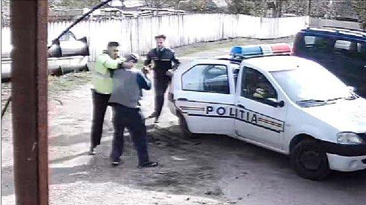 Situație revoltătoare în Vaslui. Bărbat, lovit de polițist a fost dus cu ambulanța la spital. Polițiștii bătăuși au depus plângere pentru ultraj - VIDEO