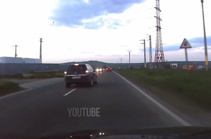 VIDEO. Depășire inconștientă pe un drum din România! O secundă a lipsit ca toată lumea să se facă praf!