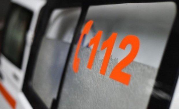 Bârlădeanul de 63 de ani s-a dus la Serviciul Public pentru Permise să își radieze mașina.  A început să urce scările, dar bărbatul a căzut secerat. Toți angajații au venit la el. Au pus mâna pe telefon și au sunat la 112