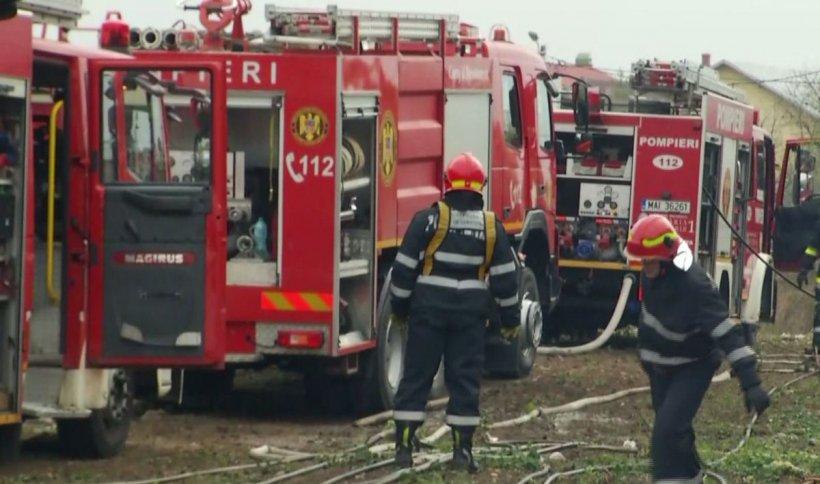 Explozie, urmată de incendiu, la fabrica de armament din Băbeni. Un tânăr a decedat
