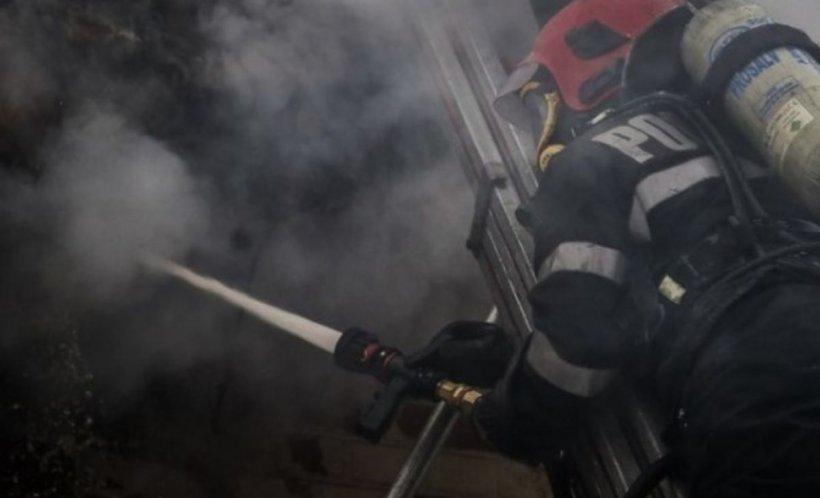 Explozie urmată de incendiu la un bloc din Capitală