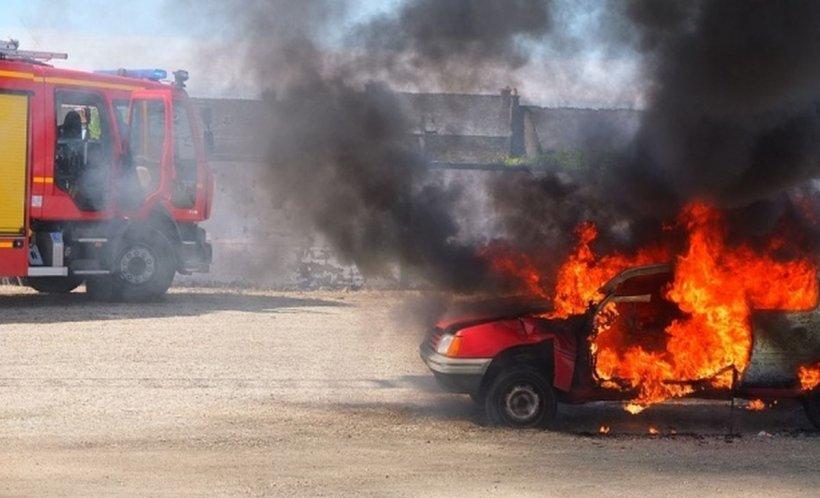 Anchetă în Curtea de Argeş după ce persoane necunoscute au incendiat mai multe maşini. Trei au ars în întregime!
