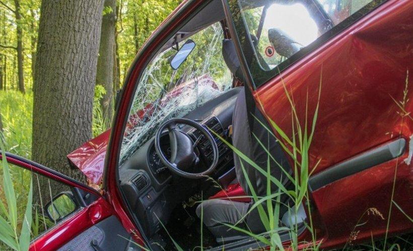 Un tânăr băut s-a oprit cu mașina într-un copac, în Giurgiu. Patru persoane au fost rănite