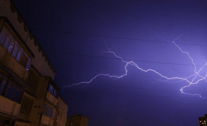 COD PORTOCALIU în București și în mai multe județe ale țării: Ploi torențiale, vijelie şi descărcări electrice