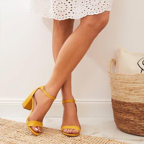 Idei de ținute chic cu rochițe și sandale