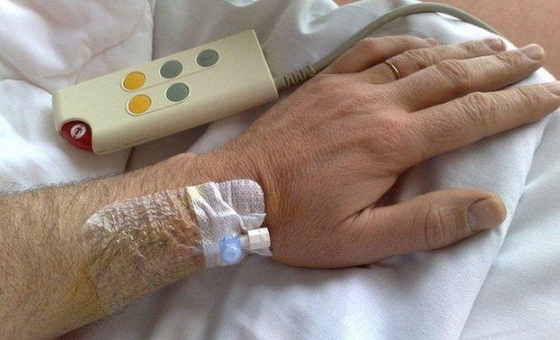 Un tânăr din Târgu Jiu, bolnav de cancer la plămâni, a fost infectat cu stafilococ auriu. Medicii refuză să îl transfere