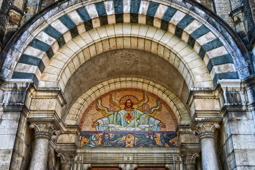 Are voie un ordodox să se închine atunci când trece pe lângă o biserică catolică?
