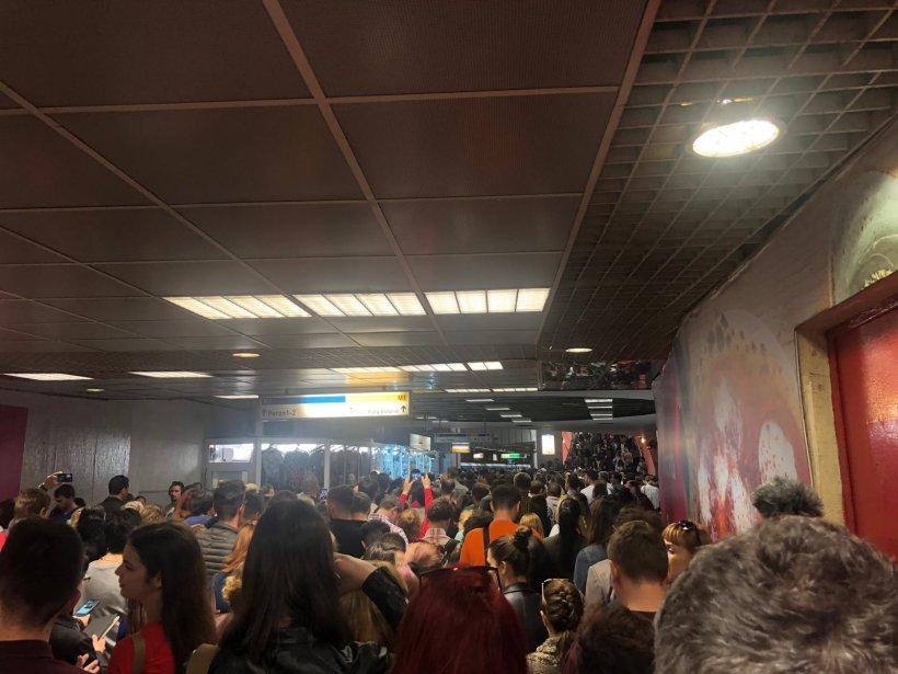 Aglomerație infernală miercuri dimineață pe magistrala de metrou Berceni-Pipera. Sute de oameni au fost blocați în stațiile Unirii și Victoriei - FOTO