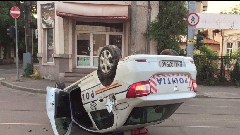 Situație incredibilă în Prahova. Un polițist băut s-a răsturnat cu mașina poliției