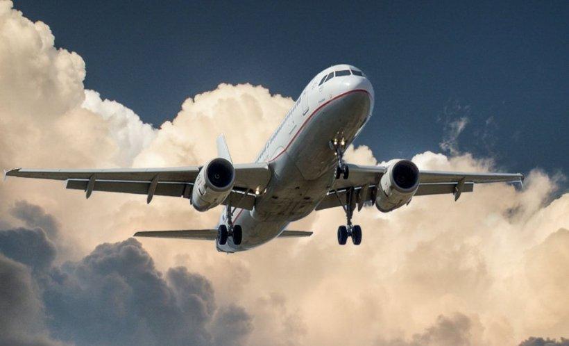 A lovit un pasager cu telefonul în cap, iar apoi a încercat să stranguleze o femeie, în timpul zborului cu avionul. Ce s-a întâmplat apoi cu agresorul e de necrezut