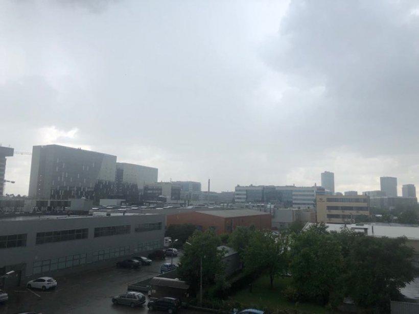 Cod portocaliu de furtună în București și în mai multe județe ale țării. Cod galben în alte regiuni. Furtunile au făcut prăpăd