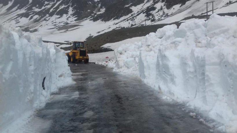 Imagini fabuloase din România. Zăpadă de doi metri. Drumarii fac eforturi FOTO