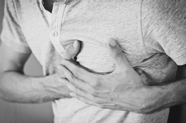 Puțini români știu asta! Semnul de pe piele care arată că poți face atac de cord! 817