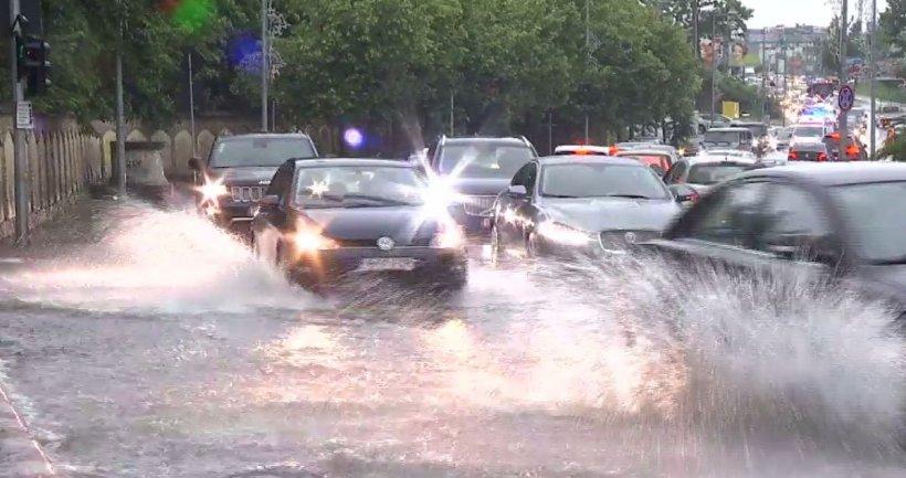 Furtuna a făcut prăpăd în Capitală. Cartiere întregi au ajuns sub apă