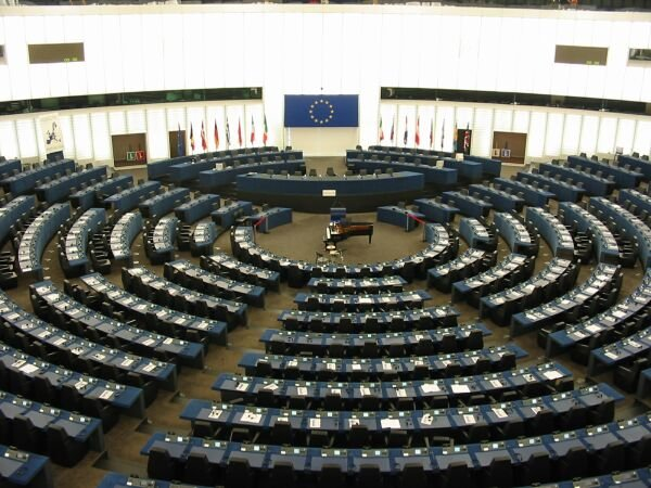 ALEGERI EUROPARLAMENTARE 2019: Primele estimări ale noului Parlament și ale prezenței la vot