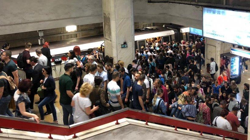 Aglomerație mare la metrou marți dimineața. Sute de oameni au rămas blocați la Piața Unirii