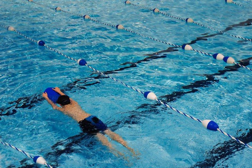 Metodele prin care o instructoare învață copiii să înoate sunt revoltătoare. Experții spun că cei mici pot rămâne cu traume pe viață. Cu toate acestea, părinții sunt foarte mulțumiți