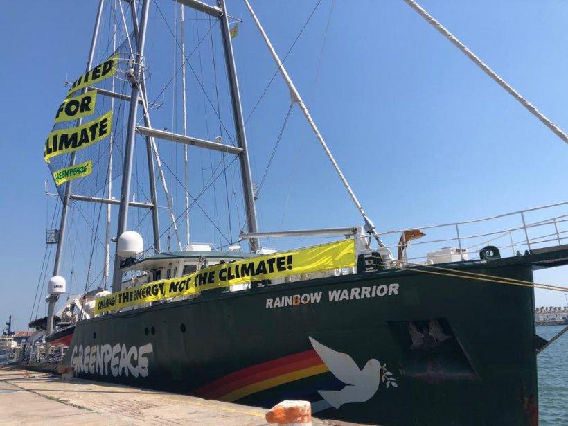 """Rainbow Warrior a sosit la Constanța pentru a semnala pasivitatea României în problema schimbărilor climatice: """"Guvernul să își asume că nu există viitor pentru cărbune"""""""