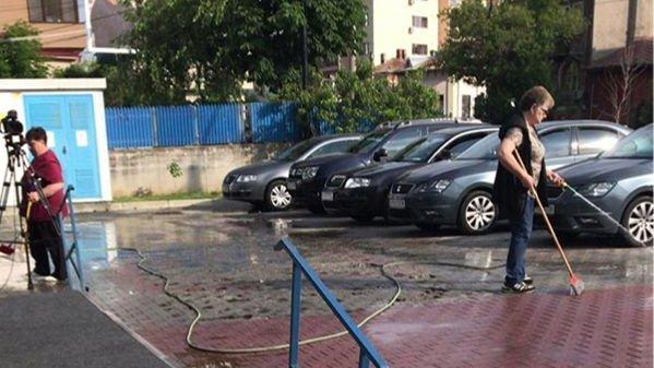 Scandal în fața CSM. Protestatarii s-au dus cu bidoane de vin să ude asfaltul - FOTO