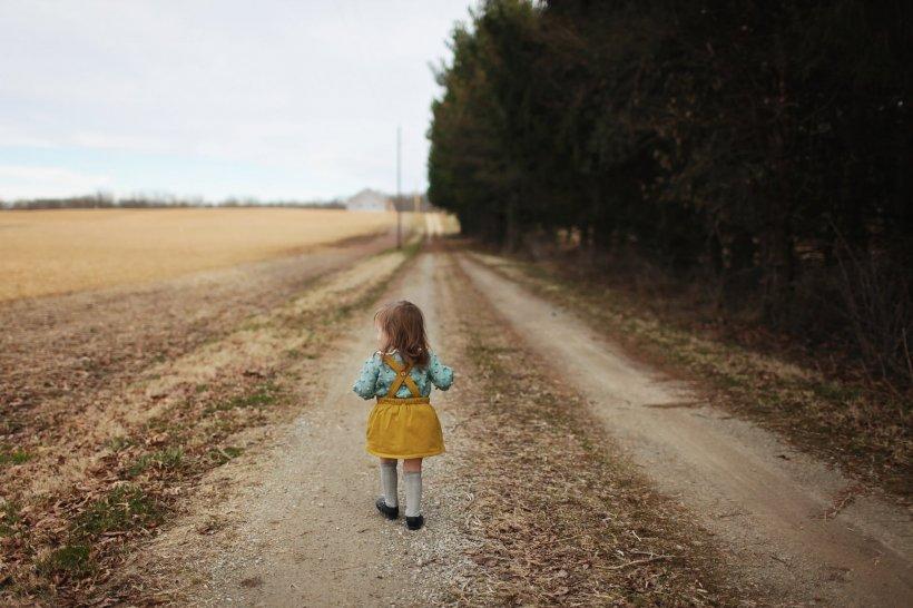 Și-au îmbrăcat băiatul în hainele surorii lui pentru a ascunde dispariția fetiței. Polițiștii n-au bănuit nimic în timpul verificărilor. E îngrozitor ce se întâmplase, de fapt, cu cea mică