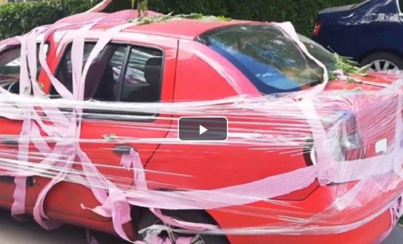 Un bărbat din Târgoviște şi-a găsit maşina învelită în hârtie igienică şi scotch - VIDEO