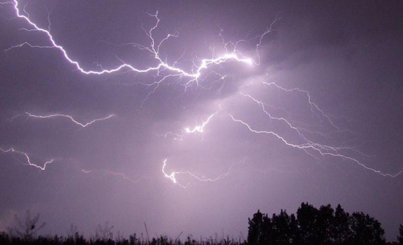 VREMEA. Cod galben de ploi torențiale în aproape toată țara. Anunțul făcut de ANM
