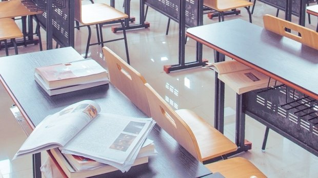 Scene incredibile într-o școală din Ploiești. Un copil de șapte ani s-a dezbrăcat în clasă și a început să își agreseze colegii și învățătoarea