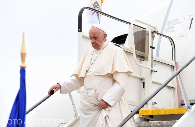 Papa Francisc în România. Ce a mâncat Suveranul Pontif în timpul zborului spre București - FOTO