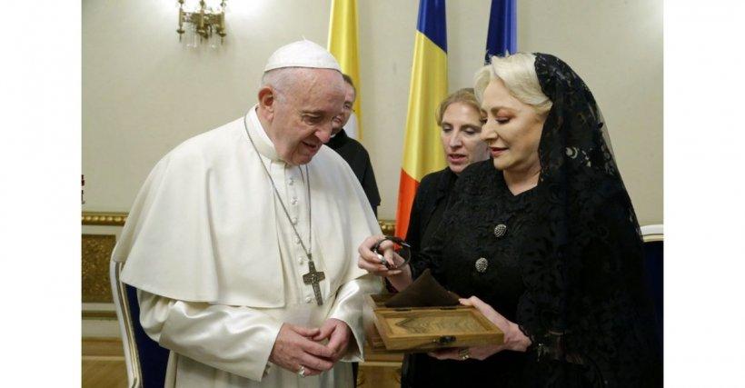 Papa Francisc în România. Ceasul unic pe care i l-a dăruit Viorica Dăncilă  FOTO-VIDEO