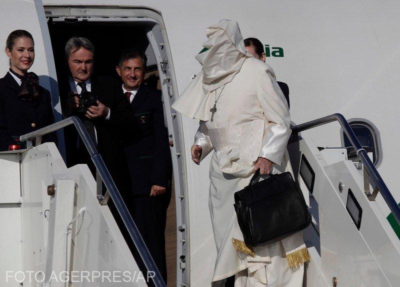 Papa Francisc în România. Moment amuzant cu Suveranul Pontif înainte de decolare  FOTO şi VIDEO